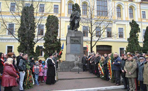 Lugoj Expres Ceremonial militar în centrul Lugojului: Rostirea solemnă a numelor eroilor căzuţi în Primul Război Mondial soldatul cu pusca militar general ion dragalina ceremonial batalionul 183 artilerie