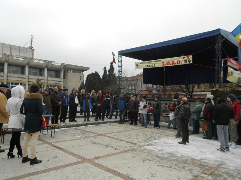 """Lugoj Expres La 27 de ani de la revoluție, lugojenii au stat la cozi pentru o porție de fasole cu ciolan și vin fiert revoluționarii lugojenii fasole cu ciolan Asociaţia de Revoluţionari """"16-21 Decembrie 1989""""   Lugoj Expres La 27 de ani de la revoluție, lugojenii au stat la cozi pentru o porție de fasole cu ciolan și vin fiert revoluționarii lugojenii fasole cu ciolan Asociaţia de Revoluţionari """"16-21 Decembrie 1989""""   Lugoj Expres La 27 de ani de la revoluție, lugojenii au stat la cozi pentru o porție de fasole cu ciolan și vin fiert revoluționarii lugojenii fasole cu ciolan Asociaţia de Revoluţionari """"16-21 Decembrie 1989"""""""
