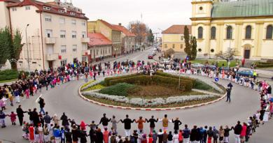 Lugoj Expres Hora Unirii, în fața Primăriei Lugoj Unirea Principatelor Române Mica Unire hora unirii eveniment centenar Ansamblul Folcloric Lugojana
