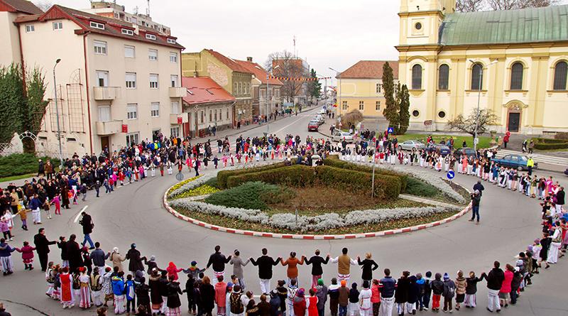 Lugoj Expres Hai să dăm mână cu mână! Hora Unirii, în centrul Lugojului Unirea Principatelor Române Mica Unire Lugoj hora unirii eveniment centru Lugojului Ansamblul Folcloric Lugojana