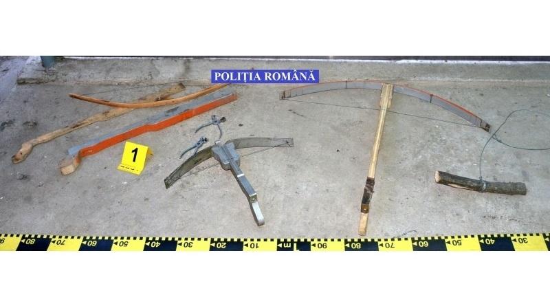 Lugoj Expres Polițiștii au confiscat arbalete și arcuri confecționate artizanal de la doi bărbați din Coșteiu Serviciul pentru Acțiuni Speciale Polițiștii Secției 7 Rurale Lugoj percheziții la Coșteiu percheziții nerespectarea regimului armelor și al munițiilor Lugoj dosar penal Coșteiu arme confecționate artizanal