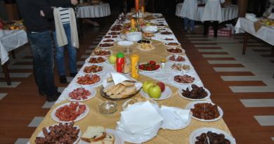 Lugoj Expres Degustarea cârnaţilor bănăţeni - Worschkoschtprob, în premieră, în Banatul de munte Worschkoschtprob producătorii de mezeluri Lugoj festival culinar degustare cârnați Bocșa Banater Zeitung