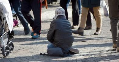 Lugoj Expres Patru furturi în două zile. Un tânăr din Lugoj i-a furat telefonul... unui om al străzii tânăr din Lugoj polițiștii din Lugoj patru furturi în două zile dosar penal arestat a furat telefonul unui om al strazii
