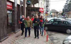 Lugoj Expres Viceprimarul PSD al Lugojului a oferit flori doamnelor și domnișoarelor   Lugoj Expres Viceprimarul PSD al Lugojului a oferit flori doamnelor și domnișoarelor