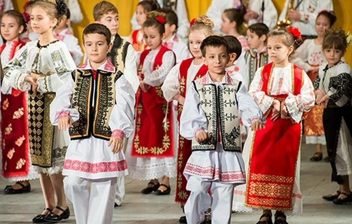 """Lugoj Expres Ansamblul """"Lugojana"""" - spectacol dedicat Zilei Femeii spectacol folcloric spectacol Lugojana dansuri populare cânt și joc Ansamblul Folcloric Lugojana"""