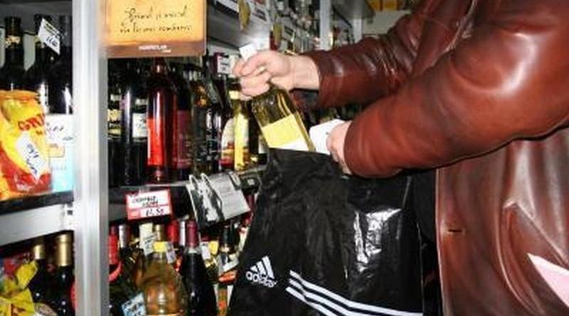 Lugoj Expres Hoții au dat iama prin magazinele din Lugoj și Făget portofele Lugoj infracțiuni furt Făget băuturi alcoolice au dat iama în magazine arest