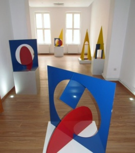 """Lugoj Expres Artistul plastic Ingo Glass, omagiat la Lugoj. Primarul Francisc Boldea i-a înmânat """"Cheia Orașului"""" vernisaj sculptorul Ingo Glass Forme și culori în spațiu expoziție eveniment cultural Cheia Lugojului"""
