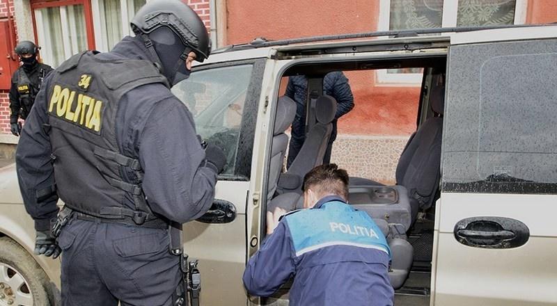 Lugoj Expres Polițiștii au efectuat noi percheziții la contrabandiștii de țigări din Lugoj. 9 persoane au fost duse la audieri percheziții Lugoj contrabandă cu țigări comerț ilegal