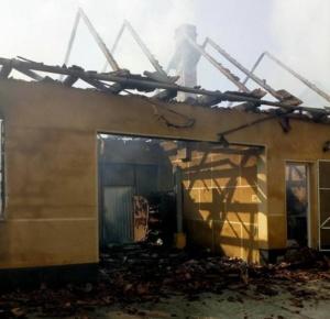 Lugoj Expres Incendiu devastator, la Jabăr! O casă a fost mistuită de flăcări (FOTO) scurt circuit pompierii Lugoj Jabăr ISU Timiș incendiu devastator incendiu casă mistuită de flăcări casă Boldur autovehicul   Lugoj Expres Incendiu devastator, la Jabăr! O casă a fost mistuită de flăcări (FOTO) scurt circuit pompierii Lugoj Jabăr ISU Timiș incendiu devastator incendiu casă mistuită de flăcări casă Boldur autovehicul