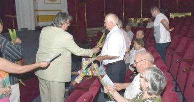 Lugoj Expres Seniorii Lugojului, premiați în ajun de Sfântă sărbătoare seniorii Lugojului seniori premii de fidelitate premii persoanele vârstnice festivitate
