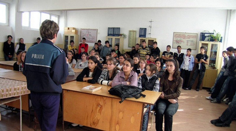Lugoj Expres Școala în siguranță! Polițiștii, prezenți în unitățile de învățământ unități de învățământ școala în siguranță recomandări prevenirea criminalității Polițiști elevi