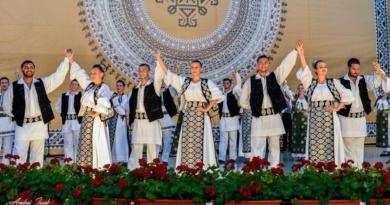 """Lugoj Expres Ansamblul """"Lugojana"""", turneu în Emiratele Arabe Unite turneu în Dubai turneu spectacol folcloric Lugojana eveniment diplomatic Emiratele Arabe Unite Consulatul României din Dubai Ansamblul Folcloric Lugojana"""
