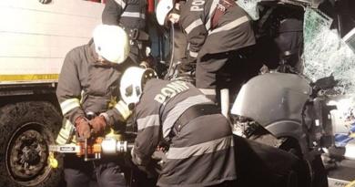 Lugoj Expres Un microbuz s-a izbit de un autotren, pe autostrada A1 victimă încarcerată trafic blocat pompieri microbuz ISU Timiș autotren autostrada A1 accident