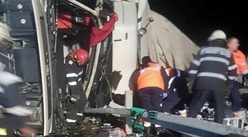 Lugoj Expres Un TIR s-a răsturnat pe autostrada A1. Șoferul a murit tragedie TIR răsturnat șofer decedat autotren răsturnat autostrada A1 accident