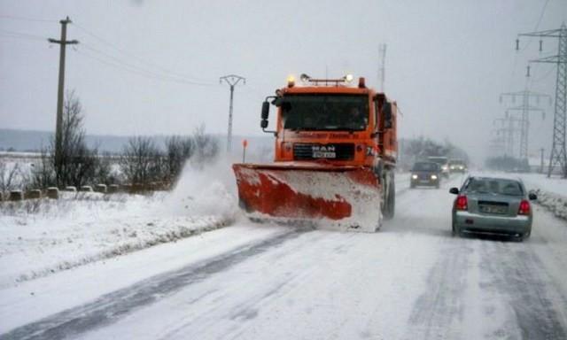 Lugoj Expres Se circulă pe toate drumurile județene. S-au împrăștiat peste 600 tone de material antiderapant utilaje ninsori drumuri județene deszapezire consiliul județean Călin Dobra