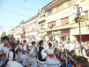"""Lugoj Expres """"Lugojana"""" a sărbătorit, prin cântec și dans, Ziua Europei Ziua Europei spectacol stradal Lugojana dans cântec ansamblu folcloric   Lugoj Expres """"Lugojana"""" a sărbătorit, prin cântec și dans, Ziua Europei Ziua Europei spectacol stradal Lugojana dans cântec ansamblu folcloric"""