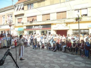 """Lugoj Expres """"Lugojana"""" a sărbătorit, prin cântec și dans, Ziua Europei Ziua Europei spectacol stradal Lugojana dans cântec ansamblu folcloric   Lugoj Expres """"Lugojana"""" a sărbătorit, prin cântec și dans, Ziua Europei Ziua Europei spectacol stradal Lugojana dans cântec ansamblu folcloric   Lugoj Expres """"Lugojana"""" a sărbătorit, prin cântec și dans, Ziua Europei Ziua Europei spectacol stradal Lugojana dans cântec ansamblu folcloric"""