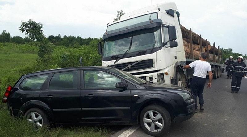 Lugoj Expres Depășire neregulamentară pe DN 68A. Un autoturism s-a ciocnit cu un TIR Traian Vuia minor la spital DN 68A depășire neregulamentară autotren accident