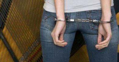 Lugoj Expres O tânără de 21 de ani a furat portmoneul unei bătrâne tânără reținută tânără arestată tânără infracțiune hoață furt arestată