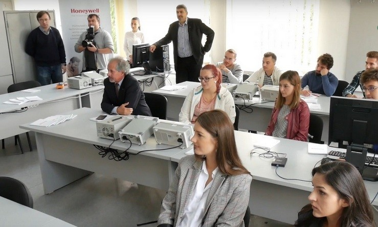 Lugoj Expres Honeywell a mai dotat un laborator, la Universitatea Politehnica Timișoara Universitatea Politehnica Timișoara studenți laborator inaugurare Honeywell Facultatea de Electrotehnică echipamente dotare colaborare
