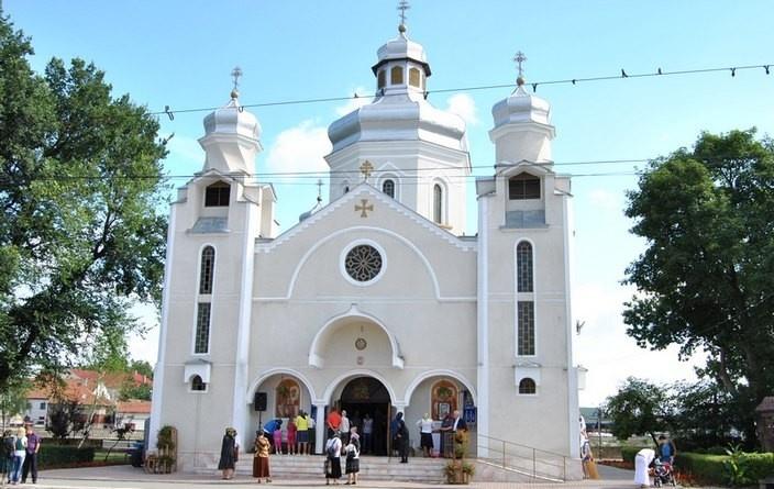 """Lugoj Expres Biserica Ucraineană """"Sfântul Volodemer și Sfântul Ierarh Petru Movilă"""" își sărbătorește primul hram Uniunea Ucrainenilor ucrainenii din Banat ucraineni Ucraina Sfântul Volodemer serviciu divin sărbătoare hram credincioși biserica ucraineană biserica"""