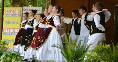"""Lugoj Expres Tradiții și obiceiuri, la Buziaș! Festivalul Internațional de Folclor """"Joc şi cântec la izvoare"""" - ediția a VI-a tradiții stațiune spectacol port popular paradă obiceiuri Joc și cântec la izvoare folclor festival internațional eveniment Buziaș ansambluri folclorice"""