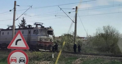 Lugoj Expres Tragedie pe calea ferată! Patru persoane au murit după ce o mașină a fost spulberată de un tren marfar tren Petroasa Mare patru morți Lugoj Caransebeș calea ferată autoturism spulberat accident feroviar