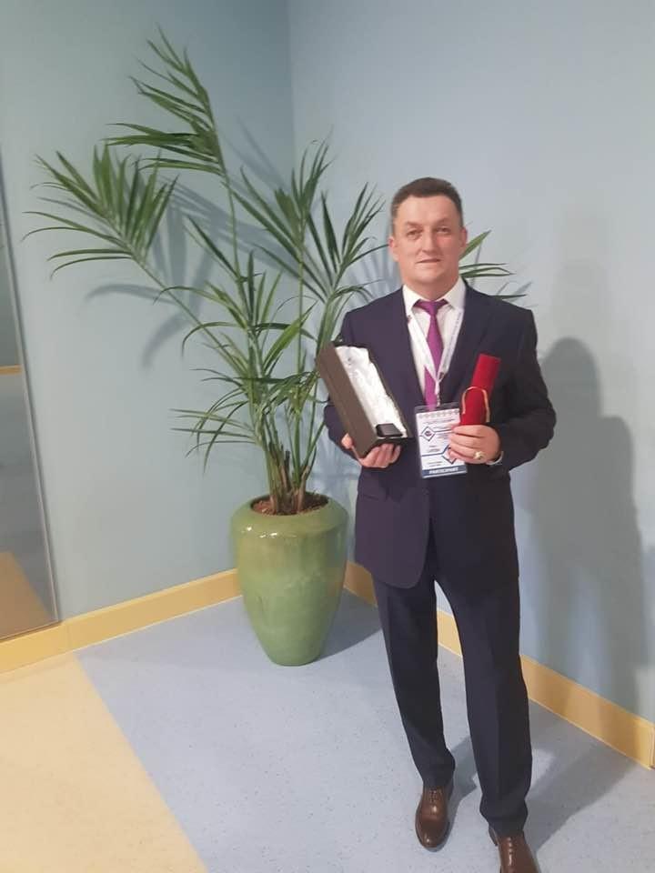 """Lugoj Expres Trofeul """"Primar de 4 stele"""" pentru edilul din Coșteiu trofeu Primar de 4 stele primar premiu Petru Carebia edil distincție Coșteiu Asociația Comunelor din România ACoR"""
