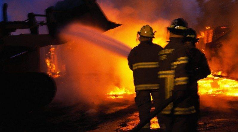 Lugoj Expres Incendiu, la Criciova! O hală pentru prelucrarea lemnului, distrusă de flăcări prelucrarea lemnului pompieri Lugoj incendiu hală foc flăcări Criciova cherestea Buziaș