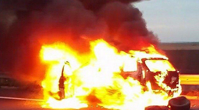 Lugoj Expres Accident pe autostrada A1. O mașină a luat foc Topolovățu Mare pompieri mașină în flăcări Lugoj icendiu autoturism autostrada A1 acroșaj accident