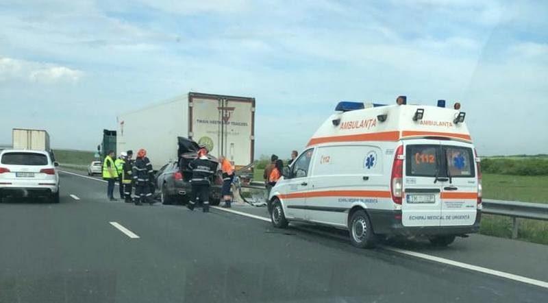 Lugoj Expres O mașină a luat foc pe autostrada A1, după ce a intrat într-un autotren Timișoara șofer rănit mașină Lugoj incendiu autotren autostrada A1 accident a luat foc