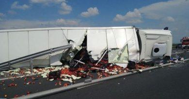 Lugoj Expres Autotren răsturnat pe autostrada A1. Șoferul a fost rănit Timișoara șofer rănit Lugoj circulație autotren răsturnat autotren autostrada A1 accident