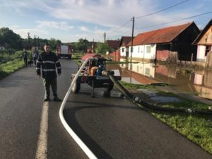 Lugoj Expres Bilanțul în urma ploilor abundente din nord-estul Timișului: peste 100 de gospodării și 15 case inundate precipitații abundente pompieri pagube Ohaba Lungă inundații Ierșnic gospodării inundate Făget evacuarea apelor Cladova bilanț Bara apă