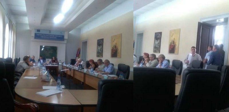 """Lugoj Expres Protest... pentru spital, cu acuze și promisiuni """"pe cuvânt"""", în Consiliul Local Lugoj! Rectificarea de buget solicitată de unitatea medicală, lăsată """"în așteptare"""". S-au alocat bani pentru asistență socială, învățământ, salubritate, iluminat, sport și... câinii vagabonzi sport spitalul Lugoj spital solicitare ședință salubritate rectificare de buget PSD promisiuni PNL PMP învățământ iluminat Consiliul Local consilieri câini vagabonzi buget bani asistență socială ALDE acuze achiziții"""