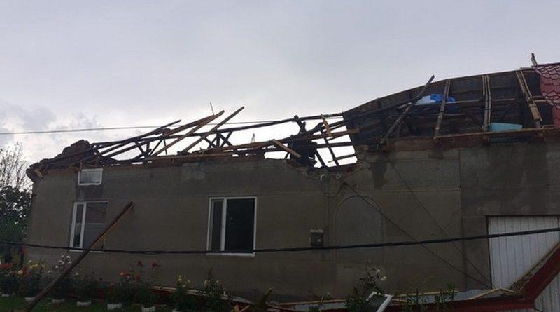 Lugoj Expres Dezastru, în zona Lugojului: acoperișuri luate de vânt și străzi inundate zona Lugojului vreme rea vânt puternic străzi inundate rafale de vânt Racovița ploi torențiale Lugoj inundații dezastru