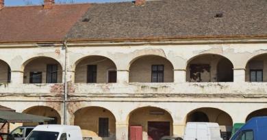 Lugoj Expres Primăria Lugoj confirmă: Vechea Cazarmă de Cavalerie e pe cale să fie demolată pentru a face loc... unui supermarket vechea cazarmă de cavalerie din Lugoj supermarket monument istoric Lugoj clădire de patrimoniu