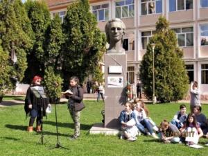 "Lugoj Expres Ziua Mondială a Poeziei a fost sărbătorită și la Lugoj Ziua Mondială a Poeziei Școala Gimnazială nr. 4 Lugoj Școala Gimnazială nr. 3 Lugoj Școala Gimnazială de Muzică ""Filaret Barbu"" Lugoj moment poetic Lugoj elevi"