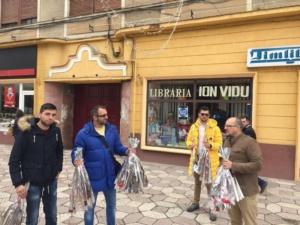 Lugoj Expres De 8 Martie, reprezentanții PMP au oferit flori lugojencelor Ziua Femeii PMP Lugoj PMP a oferit flori lugojncelor