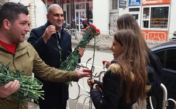 Lugoj Expres Viceprimarul PSD al Lugojului a oferit flori doamnelor și domnișoarelor