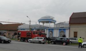 Lugoj Expres Scandalul dintre două clanuri de romi, din Lugoj, ia amploare. Un imobil a fost incendiat scandal romii din Lugoj romi incendiu conflict clanuri de romi alertă