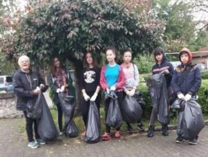 "Lugoj Expres Voluntarii ""Let's Do It"" au adunat, prin ploaie, gunoaiele din Lugoj"