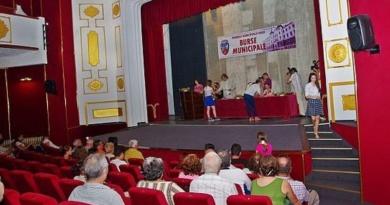 Lugoj Expres Burse municipale pentru 70 de elevi lugojeni program Lugoj festivitate elevi burse sportive burse municipale burse civic-culturale activități extracurriculare