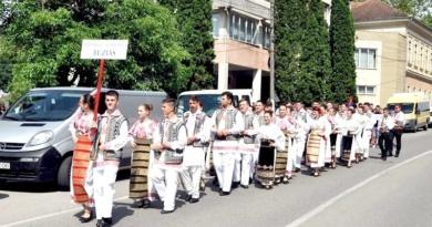 """Lugoj Expres Festivalul Internaţional de Folclor """"Joc şi cântec la izvoare"""", la Buziaș port popular paradă Joc și cântec la izvoare folclor festival Buziaș ansambluri folclorice"""