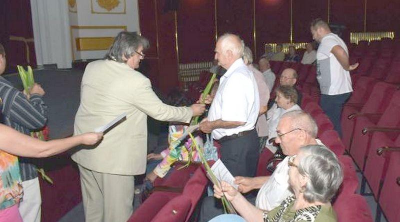 Lugoj Expres Persoanele vârstnice din Lugoj vor fi premiate... la Ștrand vârstnici seniori premii de fidelitate premii de excelență premii persoane vârstnice municipalitatea lugojeană Lugoj diplome cupluri autorități