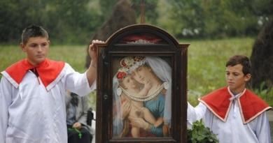 Lugoj Expres Credincioșii greco-catolici, în pelerinaj la Scăiuș Scăiuș pelerinaj icoana care a lăcrimat icoană Episcopia Greco-Catolică de Lugoj credinciși ceremonie