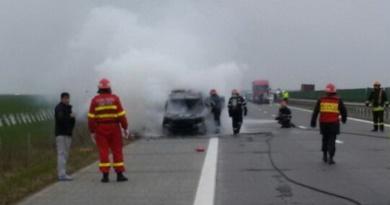 Lugoj Expres Camionetă în flăcări, pe autostrada A1 pompieri incendiu circulație oprită camionetă în flăcări autostrada A1