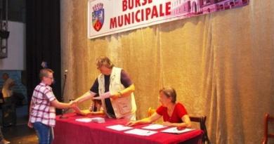 Lugoj Expres Se acordă bursele municipale pentru semestrul II al anului școlar 2016-2017 program primăria lugoj festivitate elevi burse sportive burse municipale burse civic-culturale