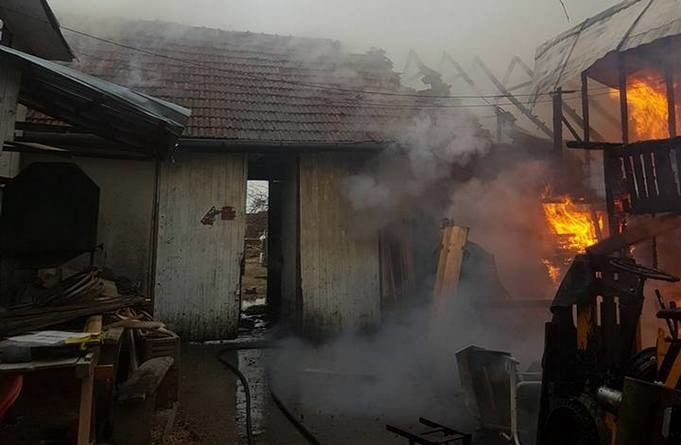 Lugoj Expres Incendiu violent la Mănăștiur (FOTO) pompieri Mănăștiur locuință în flăcări ISU Timiș incendiu focare foc