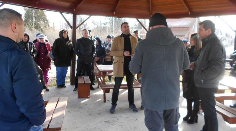 Lugoj Expres Viceprimarul Cristian Galescu susține că toate problemele din cartierul Militari sunt... rezolvabile teren probleme petiție militari întâlnire gunoi cartier câini fără stăpân asfaltarea străzilor ambrozie