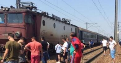Lugoj Expres Impact violent pe calea ferată, între un tren de călători și un TIR tren locomotivă avariată Impact violent calea ferată autotren accident feroviar accident de tren